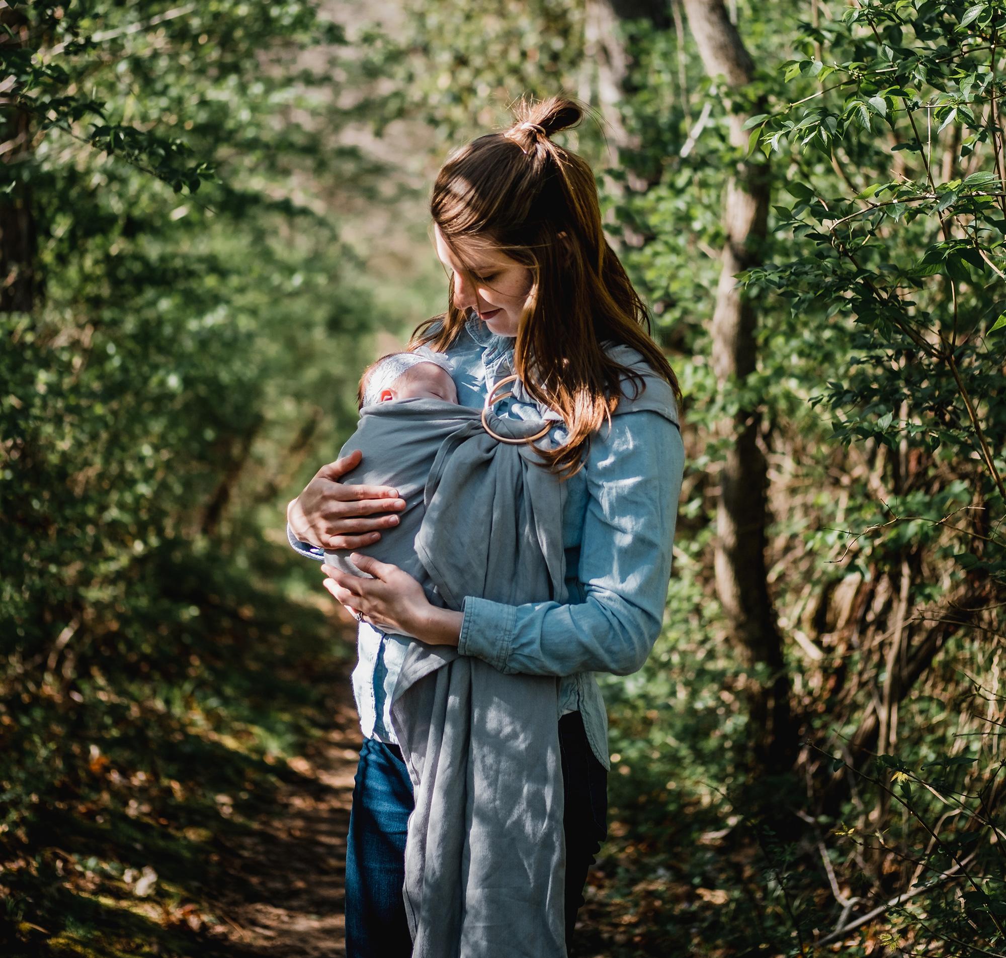 μαμά με το μωρό της αγκαλιά